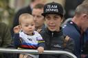 De vrouw van Rohan Dennis, Melissa Hoskins met hun zoon.