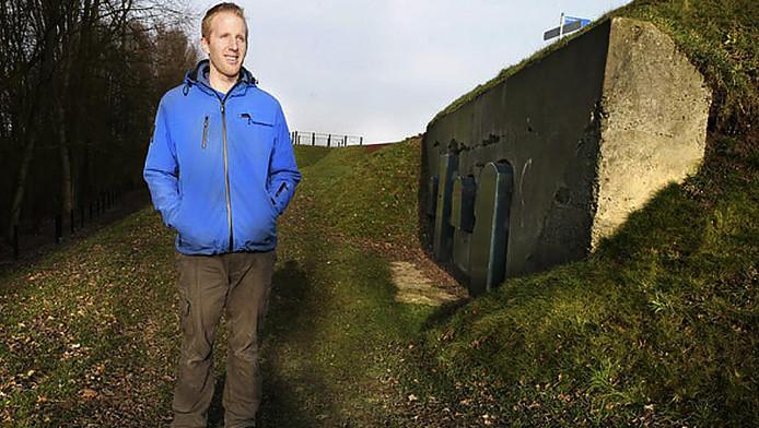 Wiegert Steen bij een groepsschuilplaats in Asperen, waar hij geregeld te vinden is als hij vleermuizen gaat tellen.
