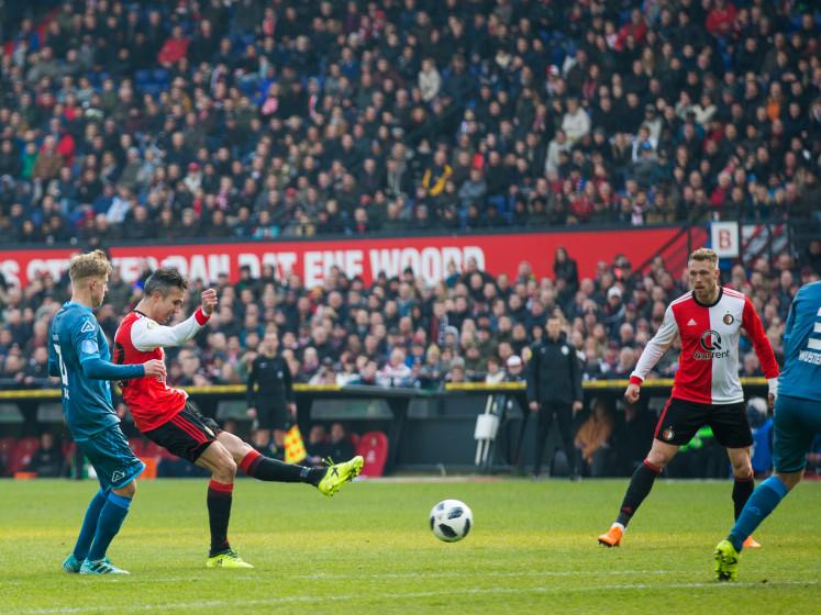 Hoe Van Persie naar de bal blijft kijken; dat maakt voetbal zo mooi