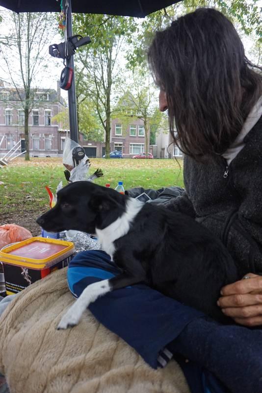 De dakloze en zijn hondje.