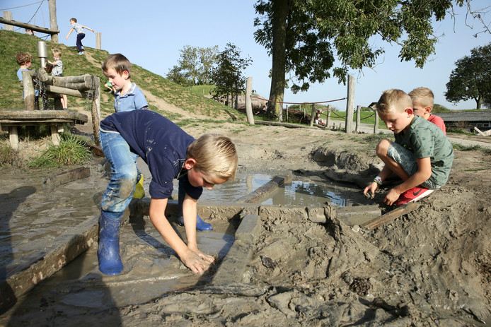 Kinderen spelen met zand op het GeoFort in Herwijnen.