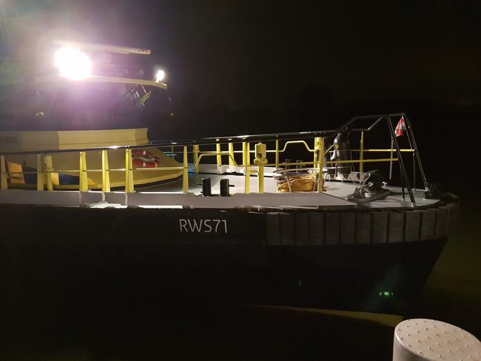 Rijkswaterstaat ging bij een schip aan boord, omdat het in de weg lag. Dat gebeurde in de Biesboschhaven voor Werkendam.