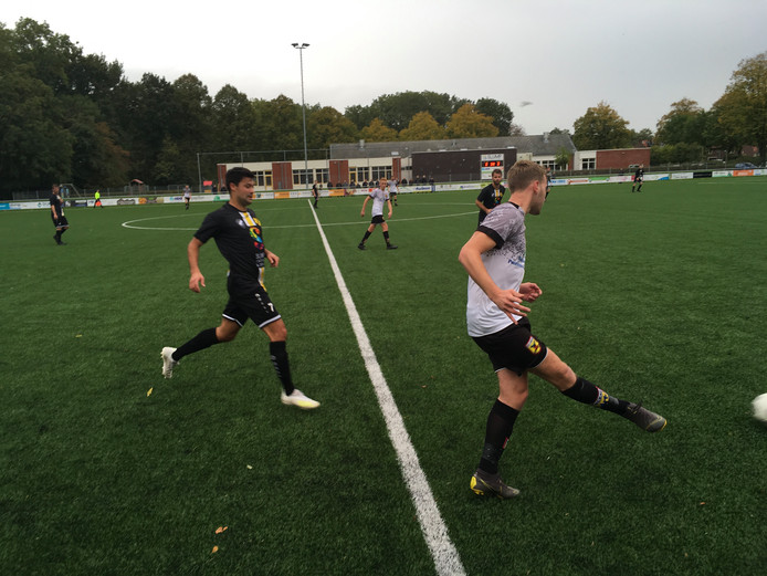 Bantenaar Martijn Bijdevaate speelt dit seizoen in het shirt van samenwerkingsclub Creil-Bant. Hier is hij in achtervolging op een speler van Sleat.