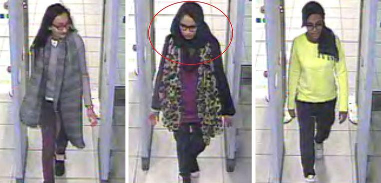 Kadiza Sultana, Shamima Begum en Amira Abase (v.l.n.r.)  op het moment dat ze door de beveiliging gaan op de luchthaven van Gatwick in 2015. Alleen Begum zou op dit moment nog in leven zijn. Ze zit in een Syrisch kamp en wil terugkeren.