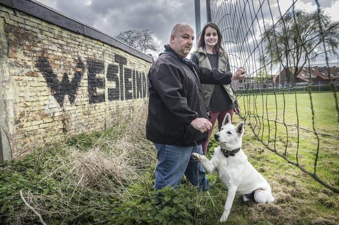 Janie Hoekstra en Danique Pals in de Bredase wijk Westeinde, waar Hoekstra al sinds zijn zevende woont.