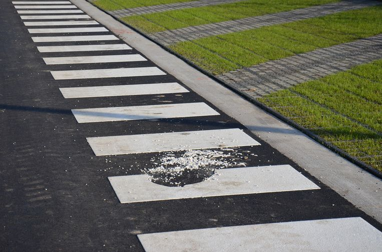 De zebrapaden op de vernieuwde Mallaardparking komen hier en daar al los.