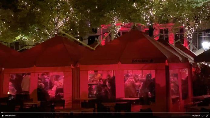 Dansende en feestvierende horecagasten bij cafe Luden op het Plein.