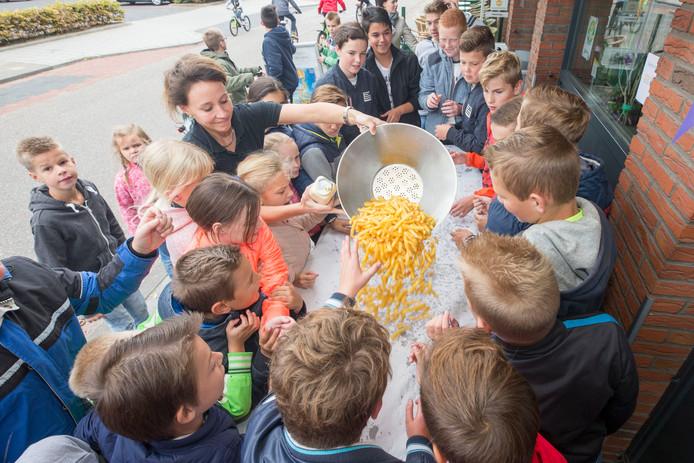 Joyce Weststrate van Cafetaria de Krab sreveert de zojuist gebakken gratis friet