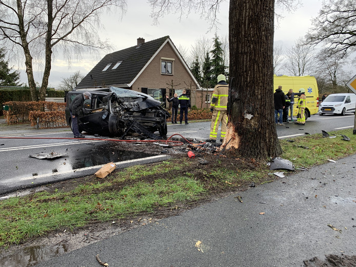 Personenauto in brand bij verkeersongeval Deventerstraat N344 Apeldoorn