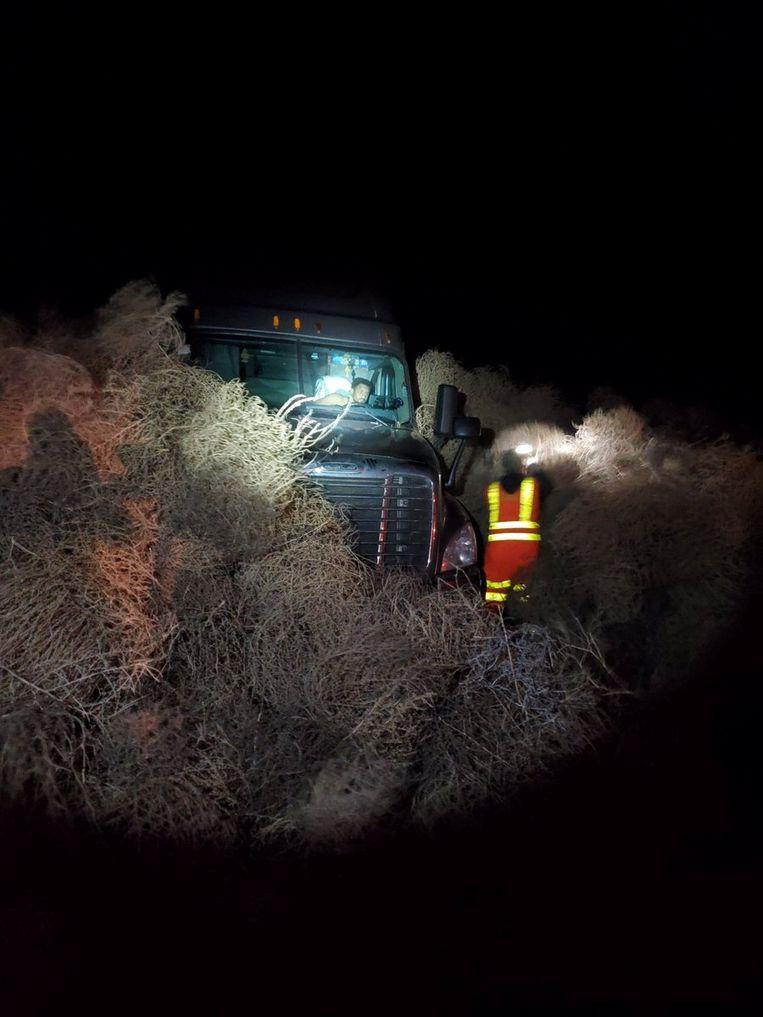 Een auto wordt door de hulpdiensten ontdaan van 'tumbleweed', ofwel 'tuimelkruid'.