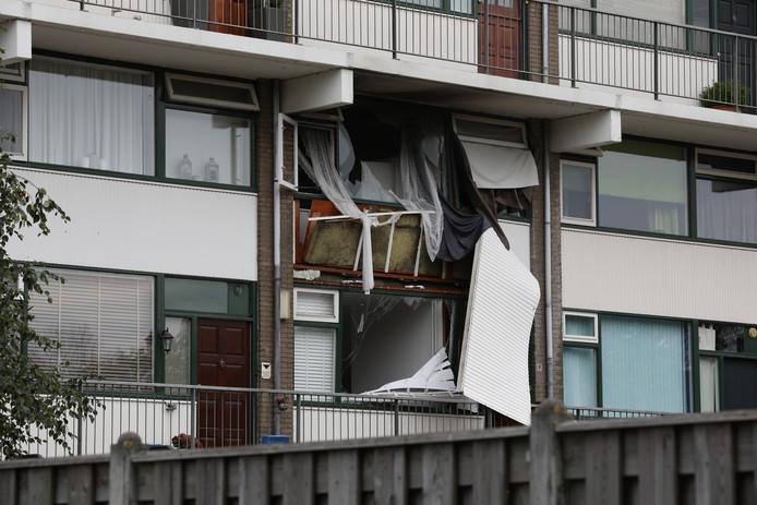 In een woning aan de Van der Waalstraat in Vlaardingen is brand uitgebroken na een explosie.