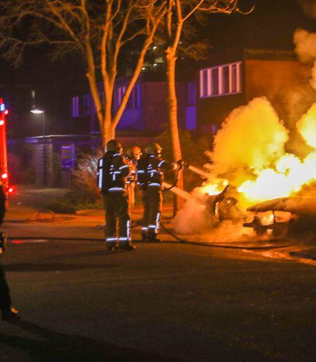 Jaarwisseling: Wijk in Deventer schudt, agent lost schot in Wapenveld en hele reeks autobranden