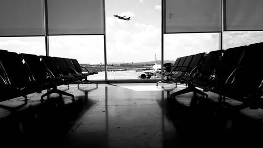 Op vliegveld in Thessaloniki, Griekenland. Wachtend op de vlucht naar Rotterdam, uitkijkend over de startbaan
