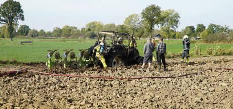Tractor vliegt in brand in weiland Terwolde