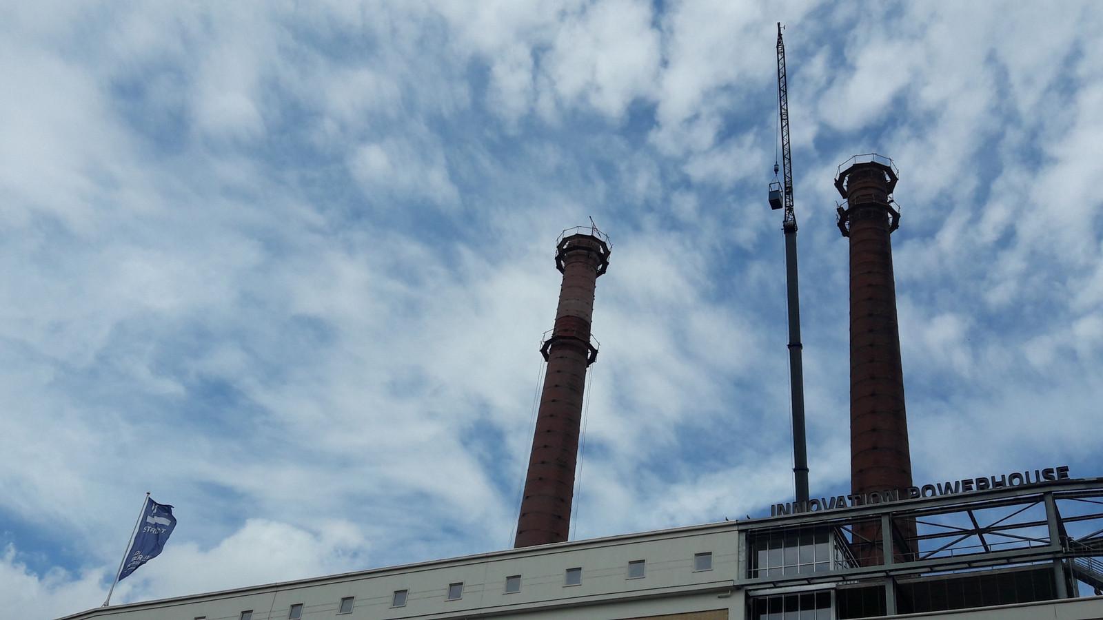 De twee schoorstenen bij de voormalige energiecentrale van Philips (nu Innovation Powerhouse) op Strijp-T in Eindhoven worden gerestaureerd.