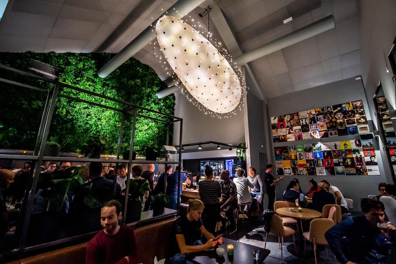 In de nok van het nieuwe Popcafé van Mezz hangt een grote lamp in een zeppelinvorm.