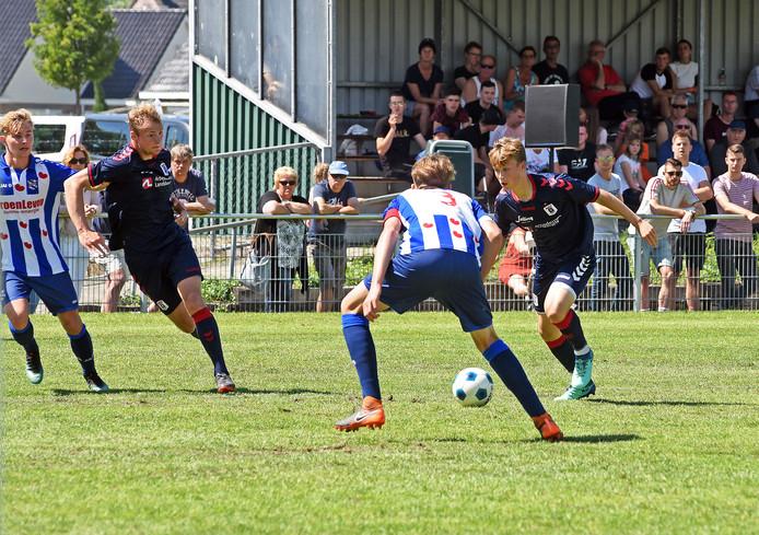 Een beeld uit het duel tussen SC Heerenveen (blauw-wit) en het Deense Aarhus tijdens de Esad Osmanovski Memorial Cup van 2018.