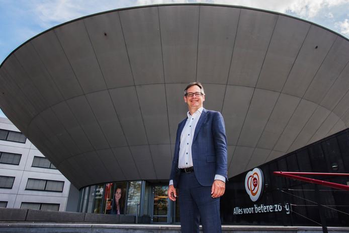 Topman Joep de Groot voor het hoofdkantoor van CZ in Tilburg.