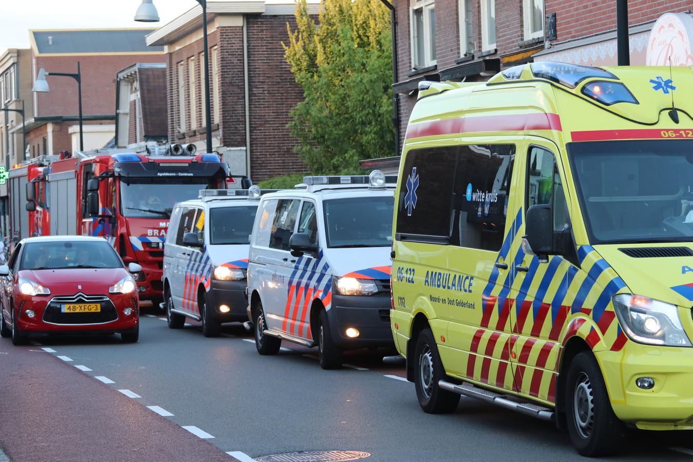 Veel politie, brandweer en ambulances in de Asselsestraat in Apeldoorn vanavond