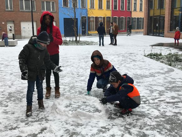 Leerlingen van De Luchtballon spelen met de sneeuw aan Utopia in Aalst.