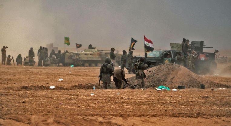 Iraakse soldaten in gevecht met strijders van Islamitische Staat. Beeld anp