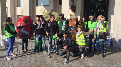 Leerlingen HIVSET vinden stoel en stuk fiets tijdens zwerfvuilwandeling