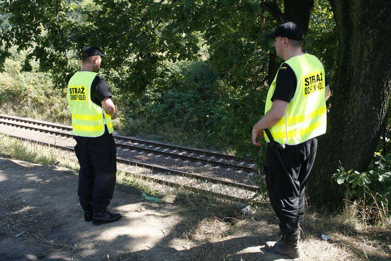 Toezichthouders patrouilleren bij het spoor om te voorkomen dat goudzoekers te dichtbij de bewuste locatie komen.
