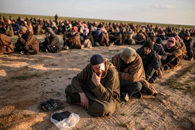 Deze mannen worden ervan verdacht voor IS te hebben gevochten. Ze worden gevangen gehouden door de SDF, door de Koerden geleid. Beeld AFP