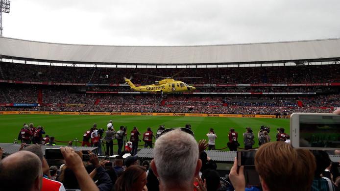 De helikopter met de nieuwe spelers landt in de Kuip.