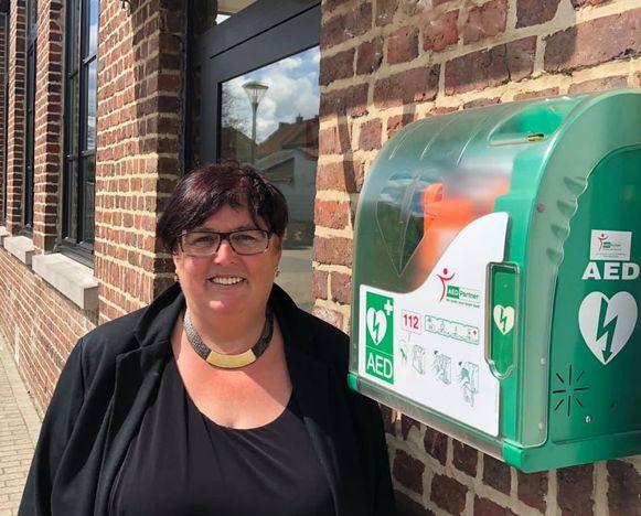 Schepen Hilde Holsbeeks laat nog een derde AED-toestel plaatsen in de gemeente