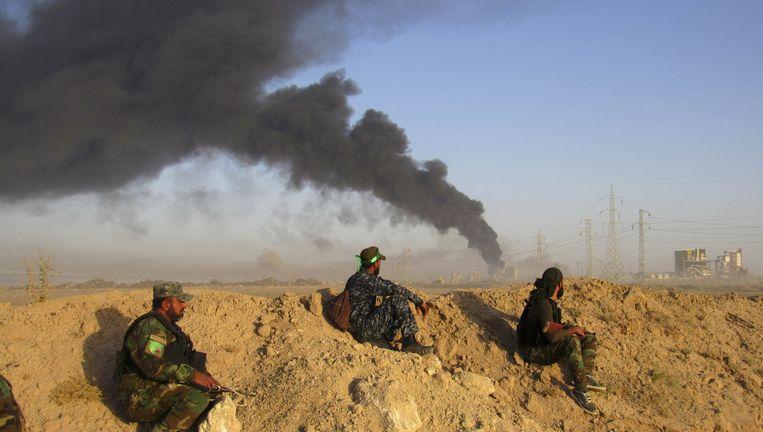 Rookpluimen boven Fallujah, na een Amerikaanse luchtaanval. Beeld ap