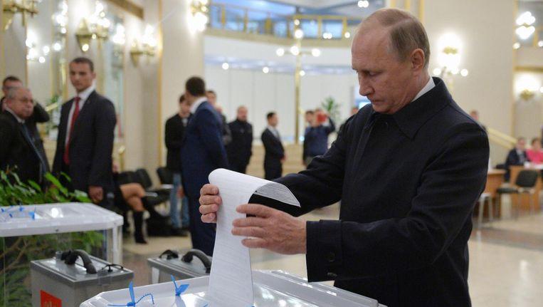 Poetin brengt zijn stem uit tijdens de parlementsverkiezingen Beeld anp