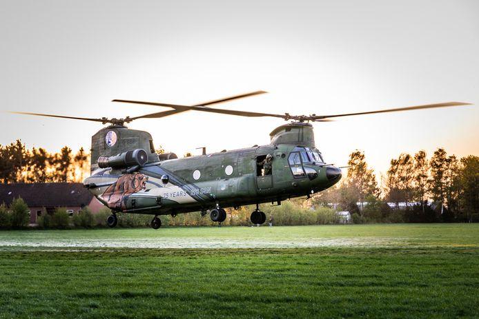 De Chinook van Defensie wordt ingezet bij het bestrijden van de brand op de Deurnsche Peel.