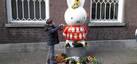 Stapels bloemen bij nijntjes door heel Utrecht