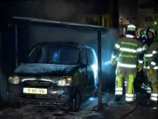 Auto onder carport in Westbroek brandt uit