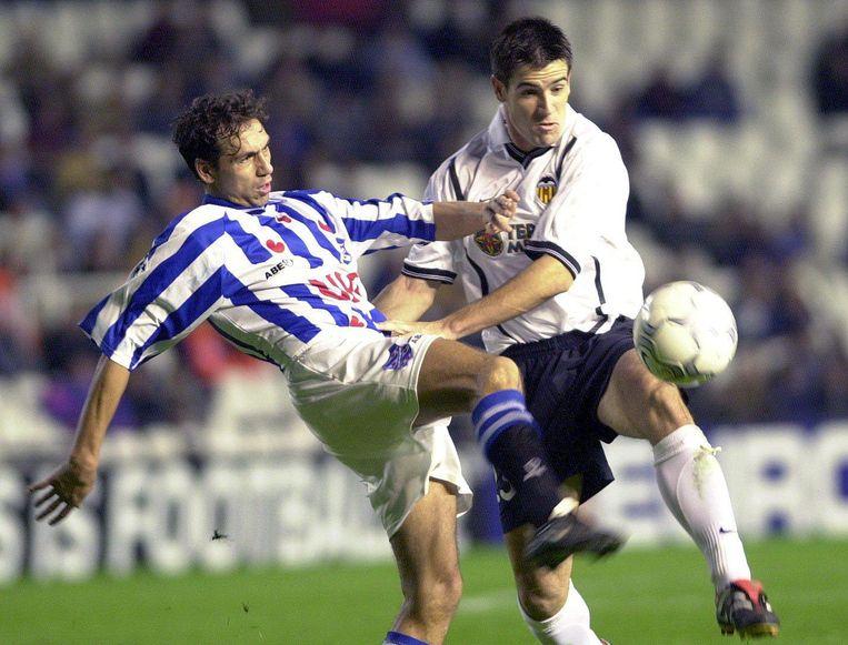 David Albelda van Valencia en Jeffrey Talan van SC Heerenveen vechten om de bal tijdens de Champions Leaguewedstrijd in 2000. Beeld null