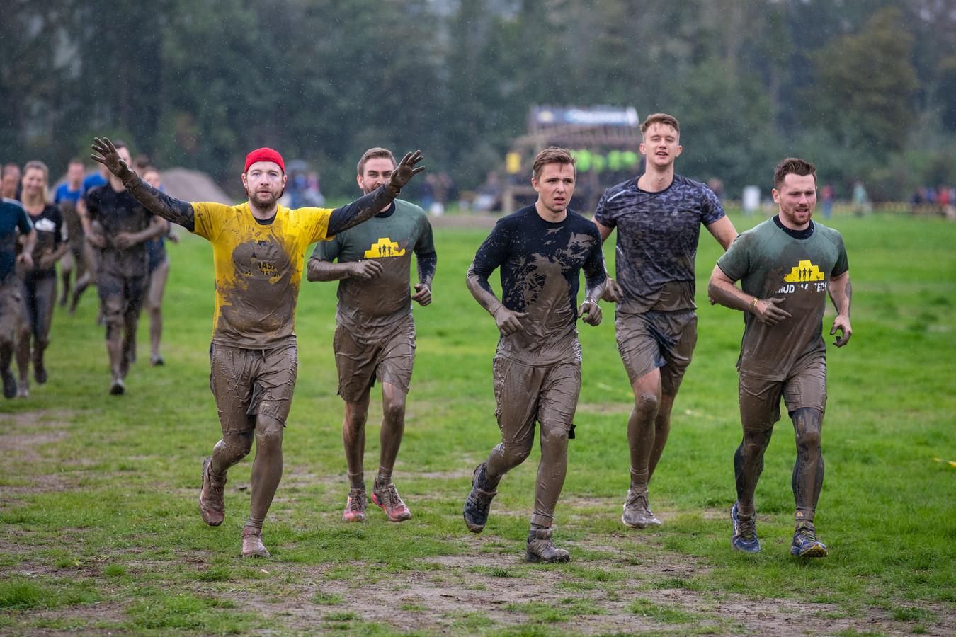 Na een hindernis met blubber renden de deelnemers door naar het volgende obstakel.