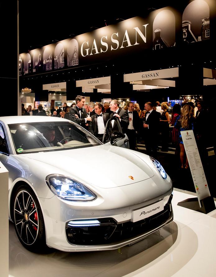 Bezoekers tijdens de vijftiende editie van Masters of LXRY, een beurs die draait om luxe in de Amsterdam RAI.
