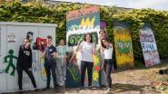Leerlingen verfraaien cabine met graffiti