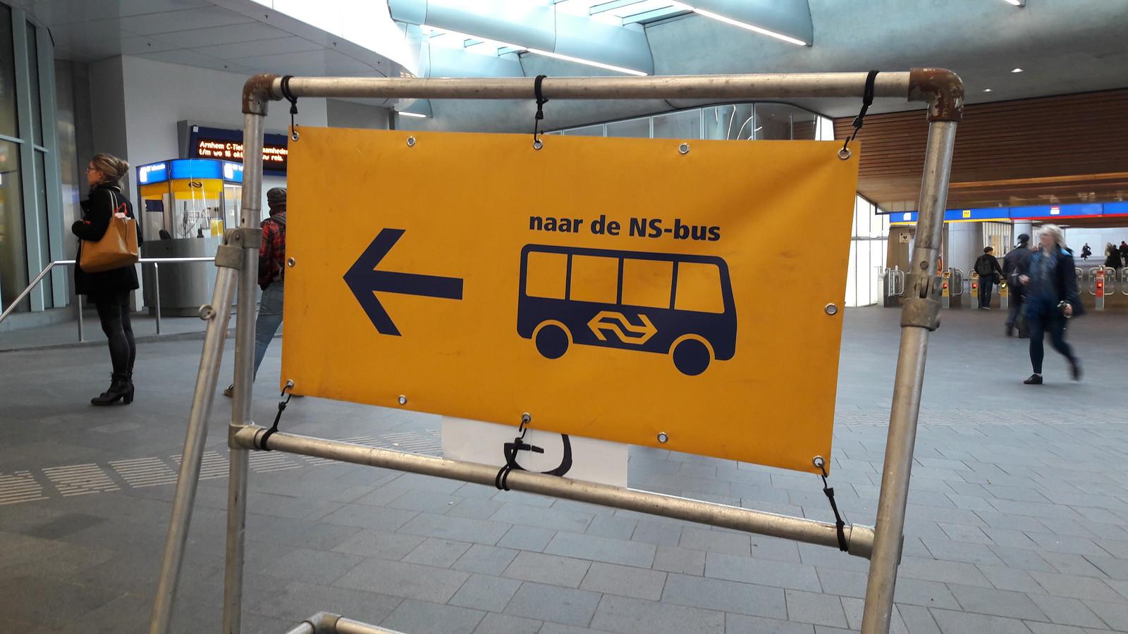 Door werkzaamheden aan het spoor tijden er tussen Arnhem en Nijmegen geen treinen. NS zet bussen in.