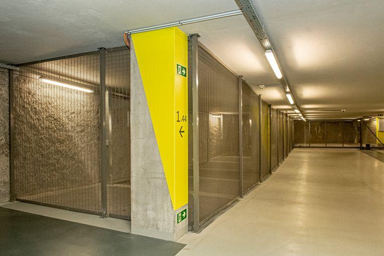 In de ondergrondse parking is een afgesloten ruimte voor politievoertuigen, fietsen en brommers.