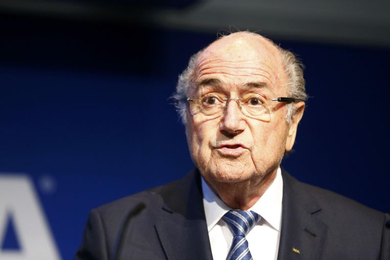 Door het aftreden van Sepp Blatter werd de voorpagina van de krant van woensdag totaal omgegooid. Beeld Reuters