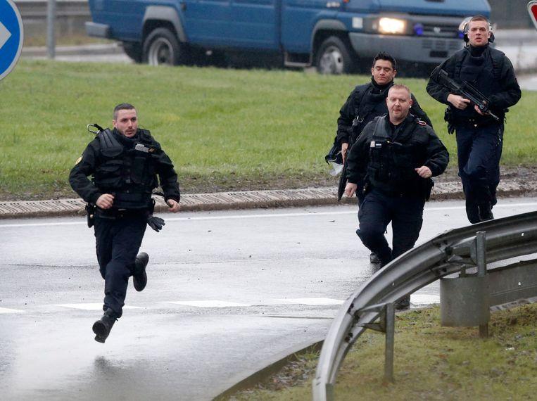 Zwaarbewapende politietroepen arriveren in Dammartin-en-Goële. Beeld reuters