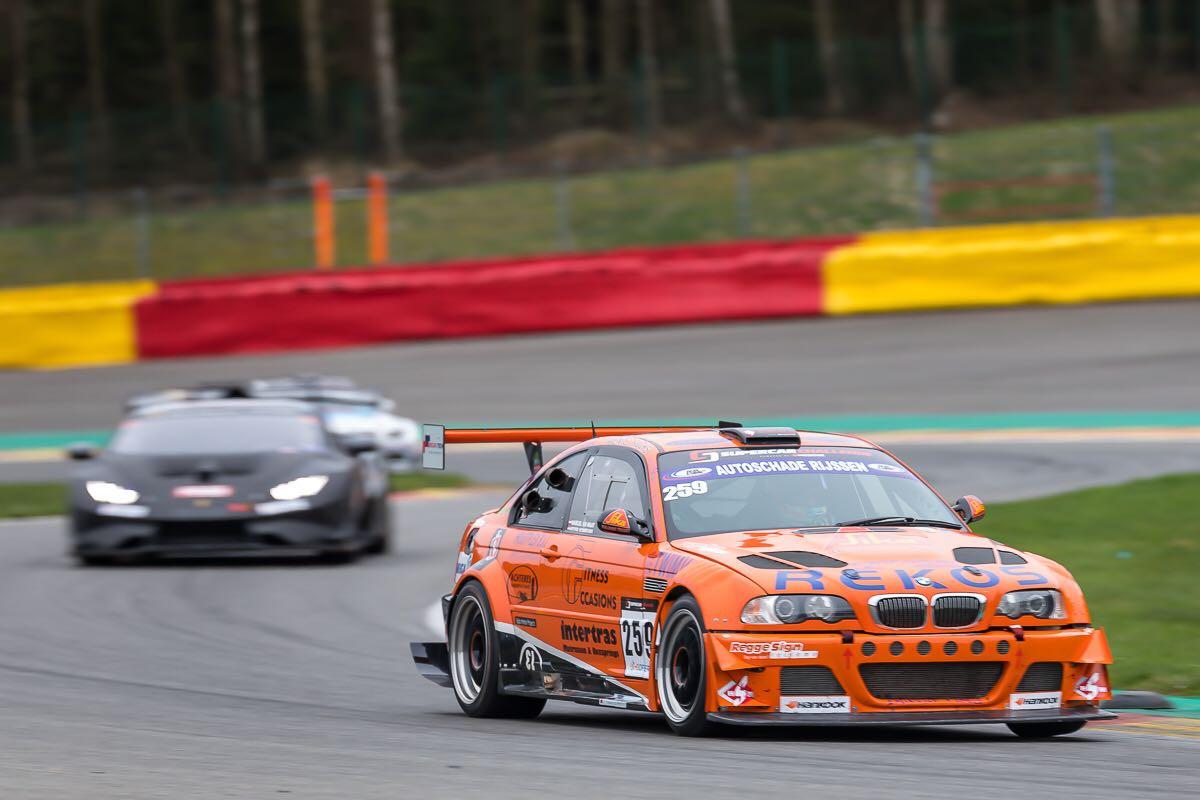 De oranje auto van BS Racing Team snelt over het Circuit van Spa-Francorchamps.