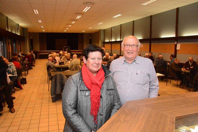 Ludwine Rutsaert van Gezinsbond en Johan Janssens van Okra in de grote zaal van Het Gildenhuis.