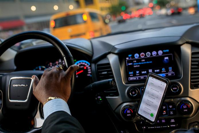 Een chauffeur in New York die voor taxi app Uber rijdt.