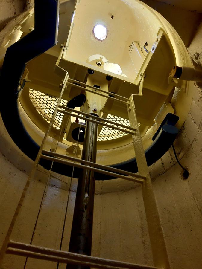 De periscoopruimte waar het 40 kilo zware instrument in gehesen moet worden. Bovenin het periscoopgat. Als bezoekers door de kijker mogen kijken, staat de wachtrij doorgaans tot ver buiten de bunker bij Uncle Beach in Vlissingen.