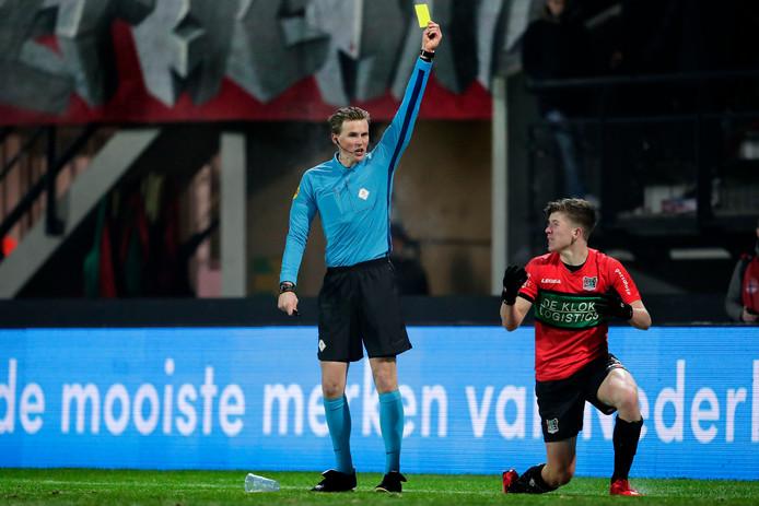 NEC'er Ole Romeny (r) krijgt geel van scheidsrechter Sander van der Eijk voor een schwalbe.