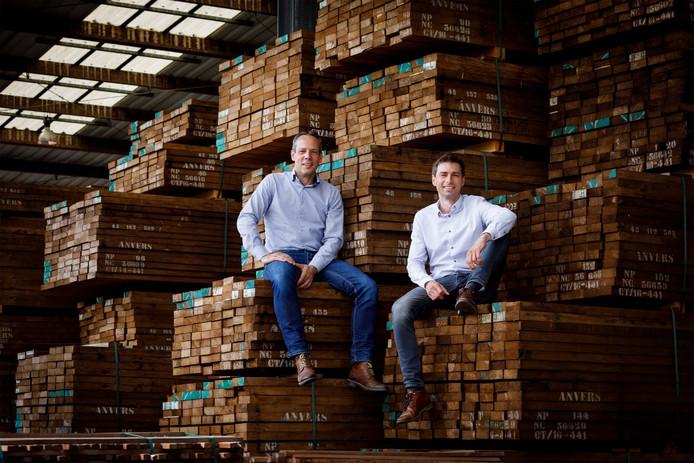 De directie van Platowood in de houthal op de Kleefse Waard in Arnhem. Links René Homan, rechts Brent Boerkamp.