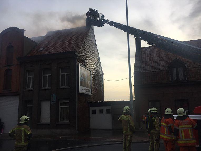 Met de ladderwagen ging de brandweer de schoorsteenbrand te lijf.